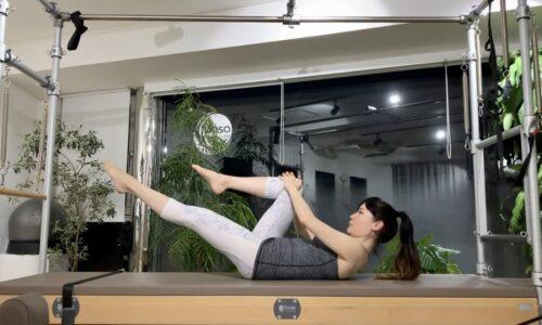 ピラティスのSingle Leg Stretch(シングルレッグストレッチ)というエクササイズを紹介するピラティスインストラクターのMasakoです